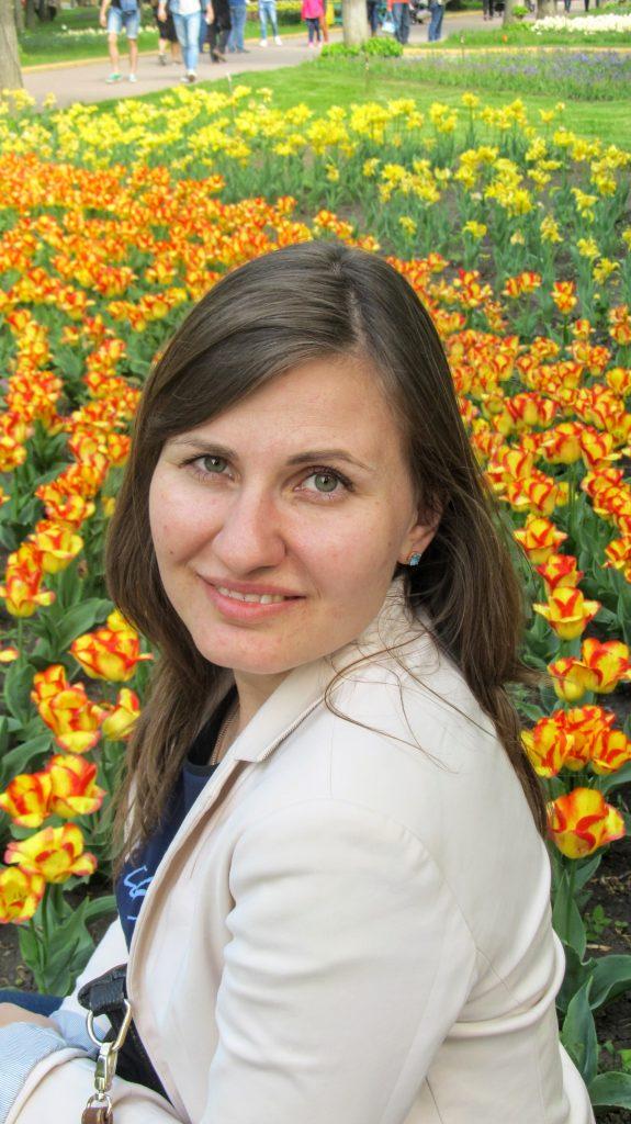 Біля тюльпанів